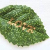"""Sachet 12 mini feuilles vertes avec texte """"LOVE""""doré"""