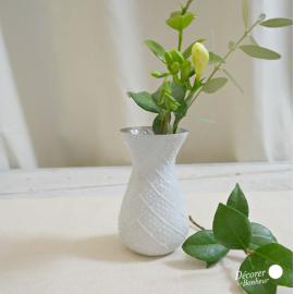 Vase dépoli blanc ciselé