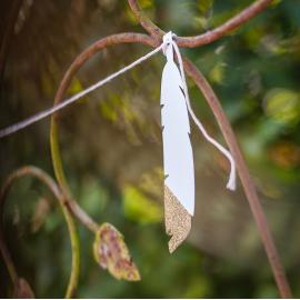 Guirlande plumes carton blanches et or