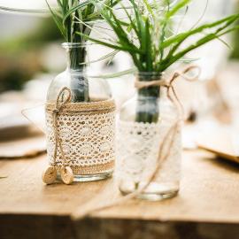 Vase jute et dentelle