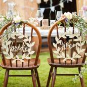 Décorations chaises couronnes bois mariés